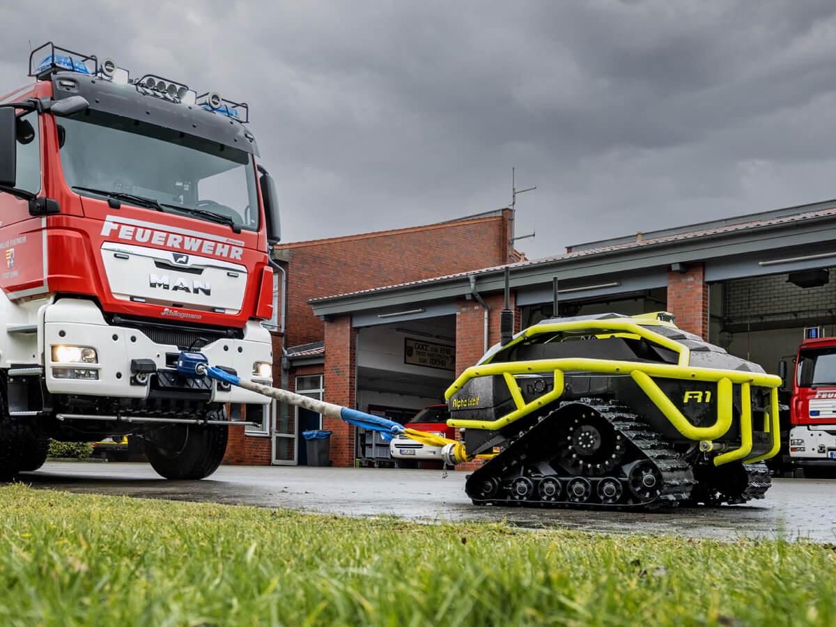 Mit bis zu 3 to Zugkraft zieht der der Alpha Wolf R1 mühelos ein ganzes Feuerwehrfahrzeug